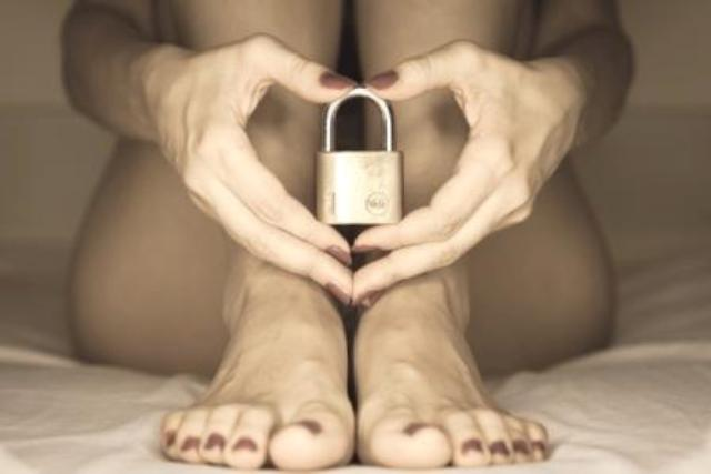 mulher segurando um cadeado e o vaginismo
