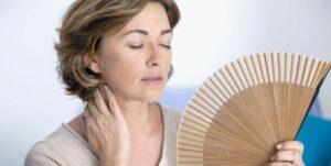 mulher com fogachos no climatério e menopausa